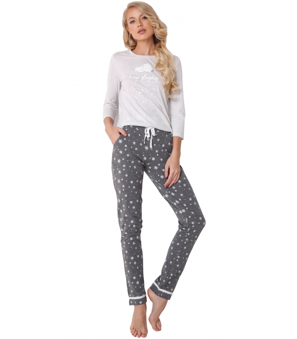 aruelle piżama damska motyw śpiącego misia na jasnej bluzie rękaw 3/4 spodnie szare długie w gwiazdki wiązane