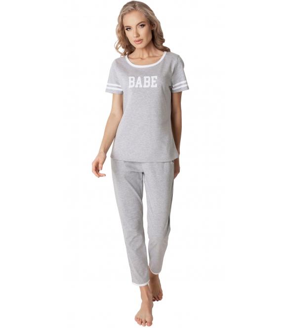 aruelle szara piżama damska bawełniana z białymi lamówkami napis na piersiach babe krótki rękaw spodnie przed kostki luźne