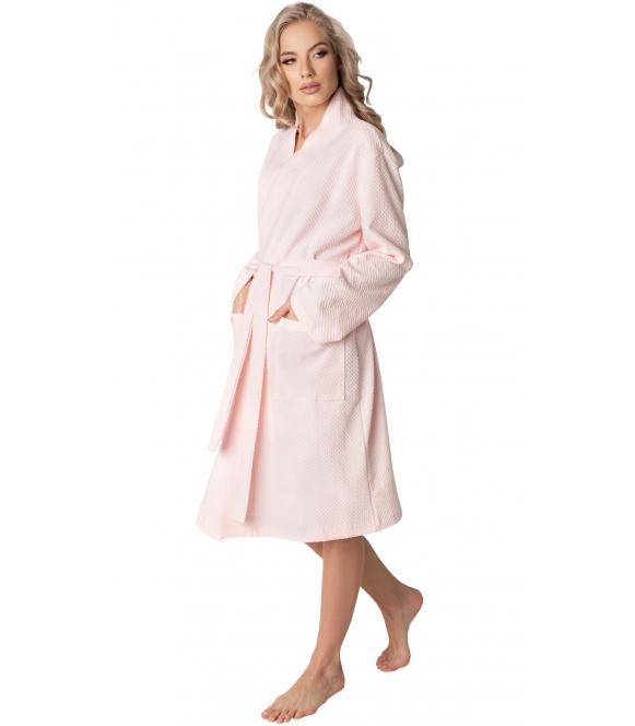 luksusowy szlafrok z tłoczonym geometrycznym wzorem aruelle marsmallow pastelowo różowy za kolana wiązany w pasie długi rękaw