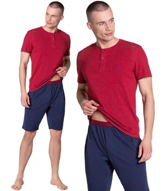 w 100% bawełniana piżama męska zapinana pod szyją na 4 guziczki koszulka czerwona z krótkim rękawem granatowe spodenki do kolan