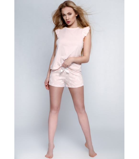 pastelowo różowa piżama damska sensis blanca krótka z falbankami i motywem piórek