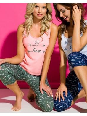 piżama damska bawełna różowa koszulka z nadrukiem love na ramiączkach spodnie za kolana trzy czwarte zielone z nadrukiem taro