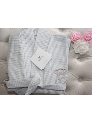 aruelle waffle grey bawełniany szlafrok damski krótki wiązany paskiem długi rękaw haftowany na piersi