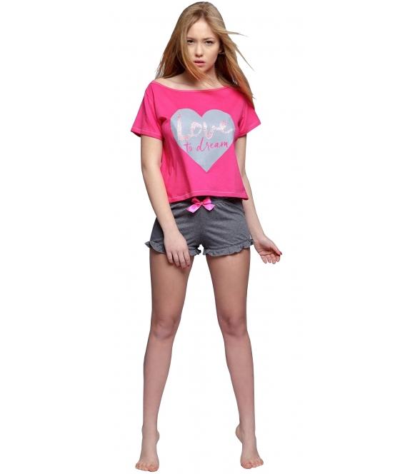malinowa piżama damska z modnym nadrukiem na koszulce serca krótki rękaw i krótkie grafitowe spodenki sensis